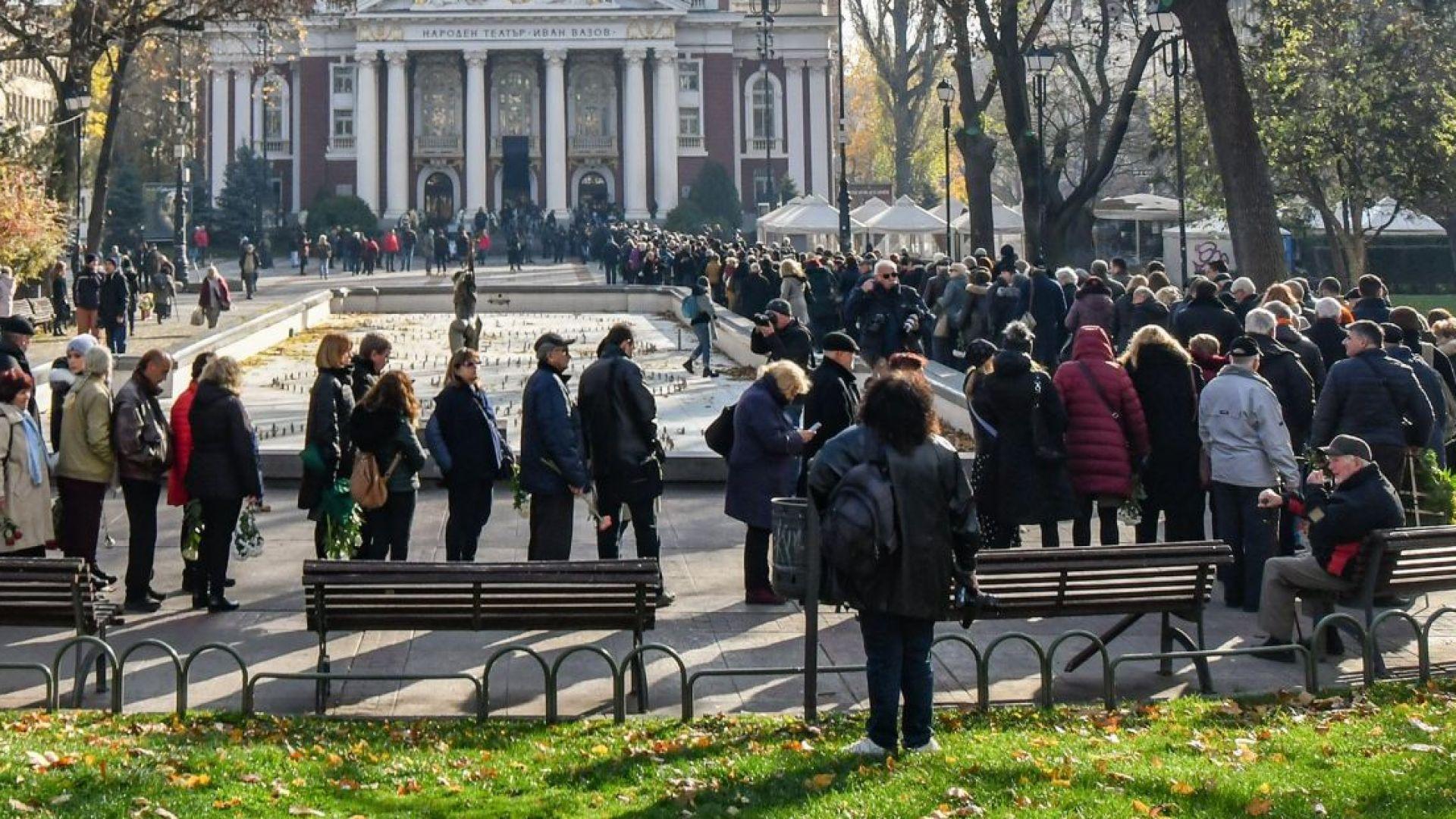 Опашка от опечалени се изви пред Народния театър за последно сбогом със Стефан Данаилов (снимки)