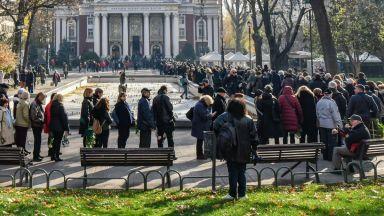 Опашка от опечалени пред Народния театър за последно сбогом със Стефан Данаилов (снимки)