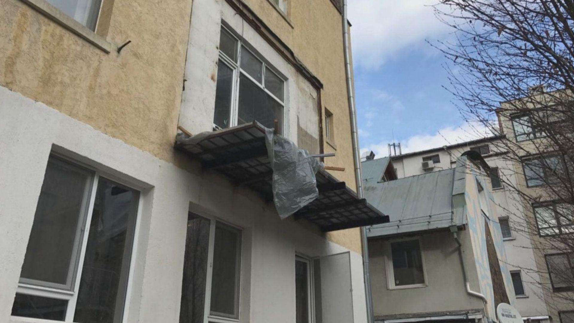 Строят опасен балкон в стара сграда в центъра на София