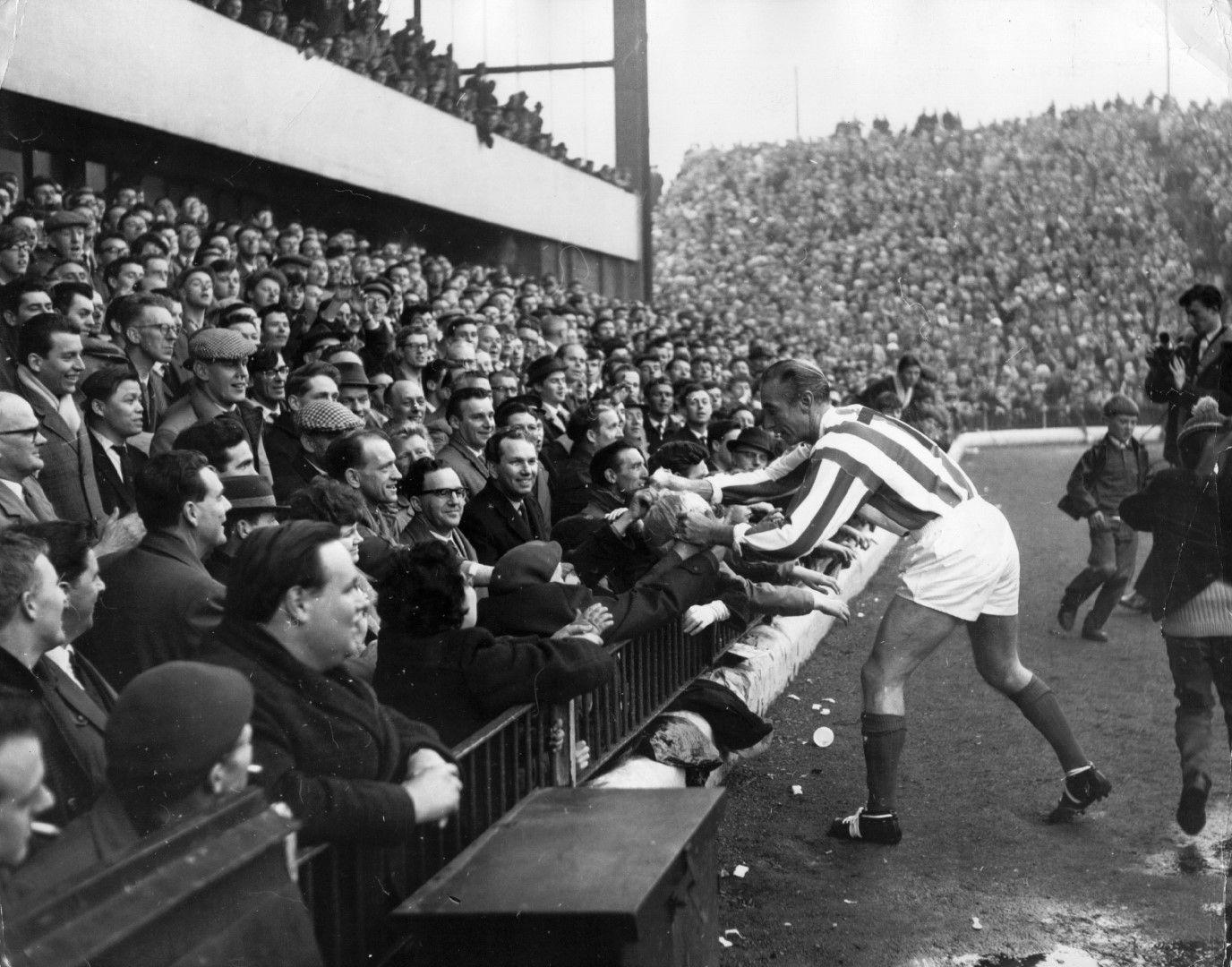 """Станли Матюс печели през 1956-а първата """"Златна топка"""", изпреварвайки Ди Стефано и Копа от Реал"""