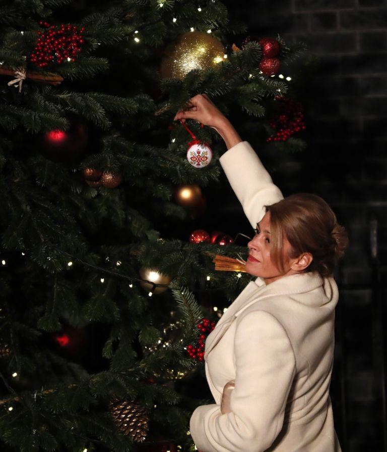 Десислава Радева закача украса на коледната елха на Даунинг стрийт 10, резиденцията на британския премиер