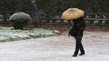 Сняг и студ от неделя, меко време днес и утре