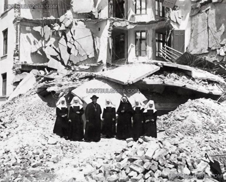Монсеньор Анджело Ронкали - бъдещ папа Йоан XXIII и папски нунций в България, с католически монахини сред руините от земетресението в Чирпан през април 1928 г.
