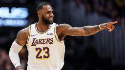 Рефер в НБА си затвори очите за детинска грешка на Леброн Джеймс