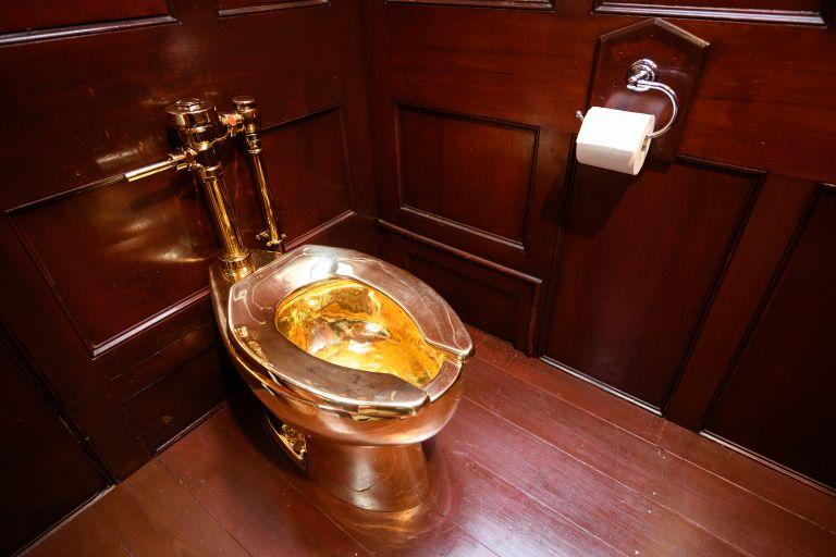 Златната тоалетна на Кателан