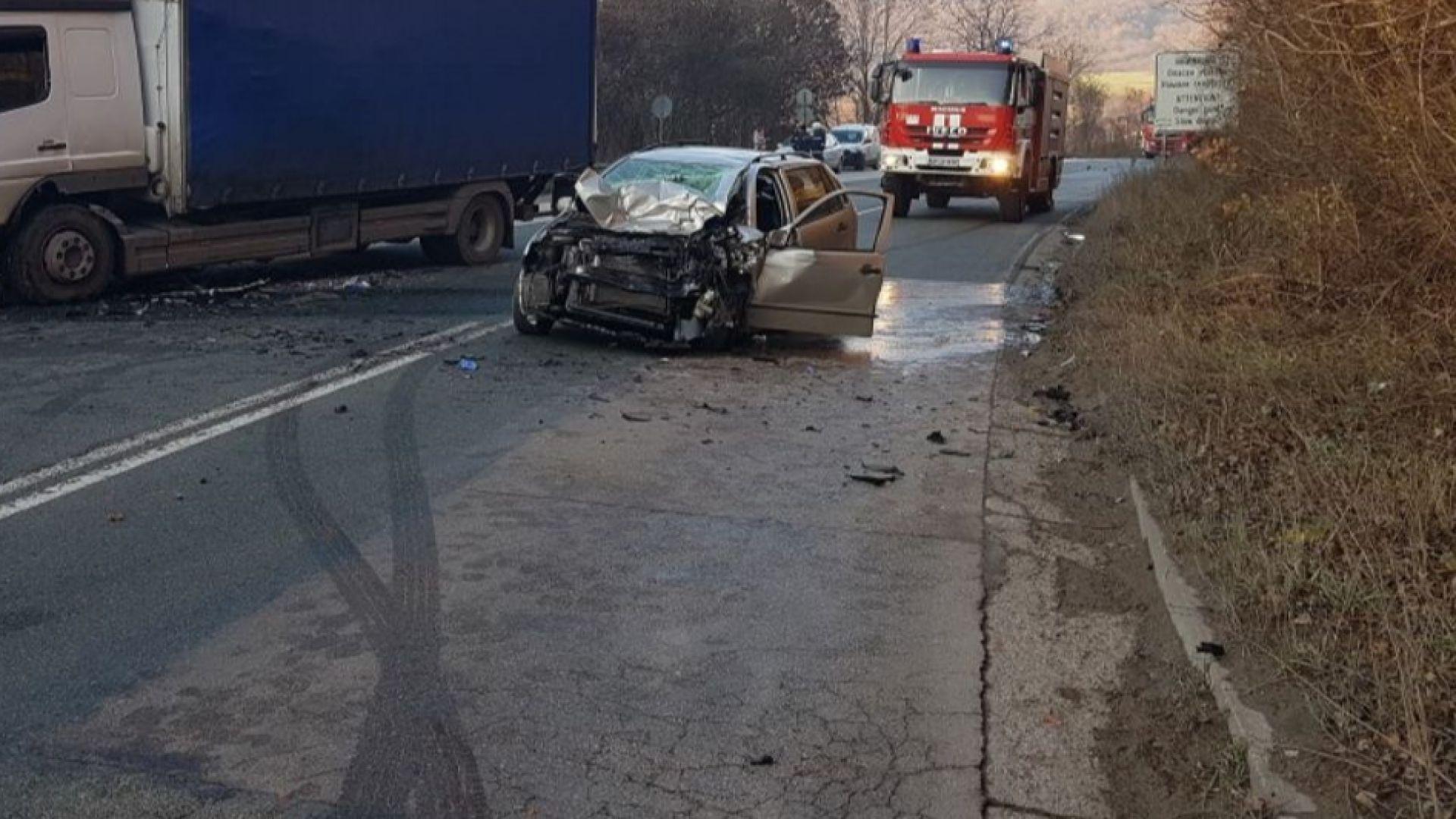 Жена загина при жесток челен сблъсък между лек автомобил и