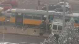 Бус се заби в трамвай на Ботевградско шосе в София, шофьорът е откаран в болница