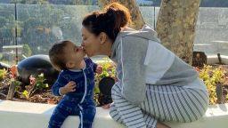 Ева Лонгория разходи сина си по пижама