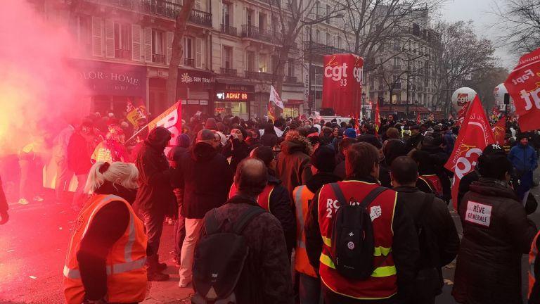 Транспортен колапс във Франция, стачката срещу пенсионната реформа продължава (снимки)