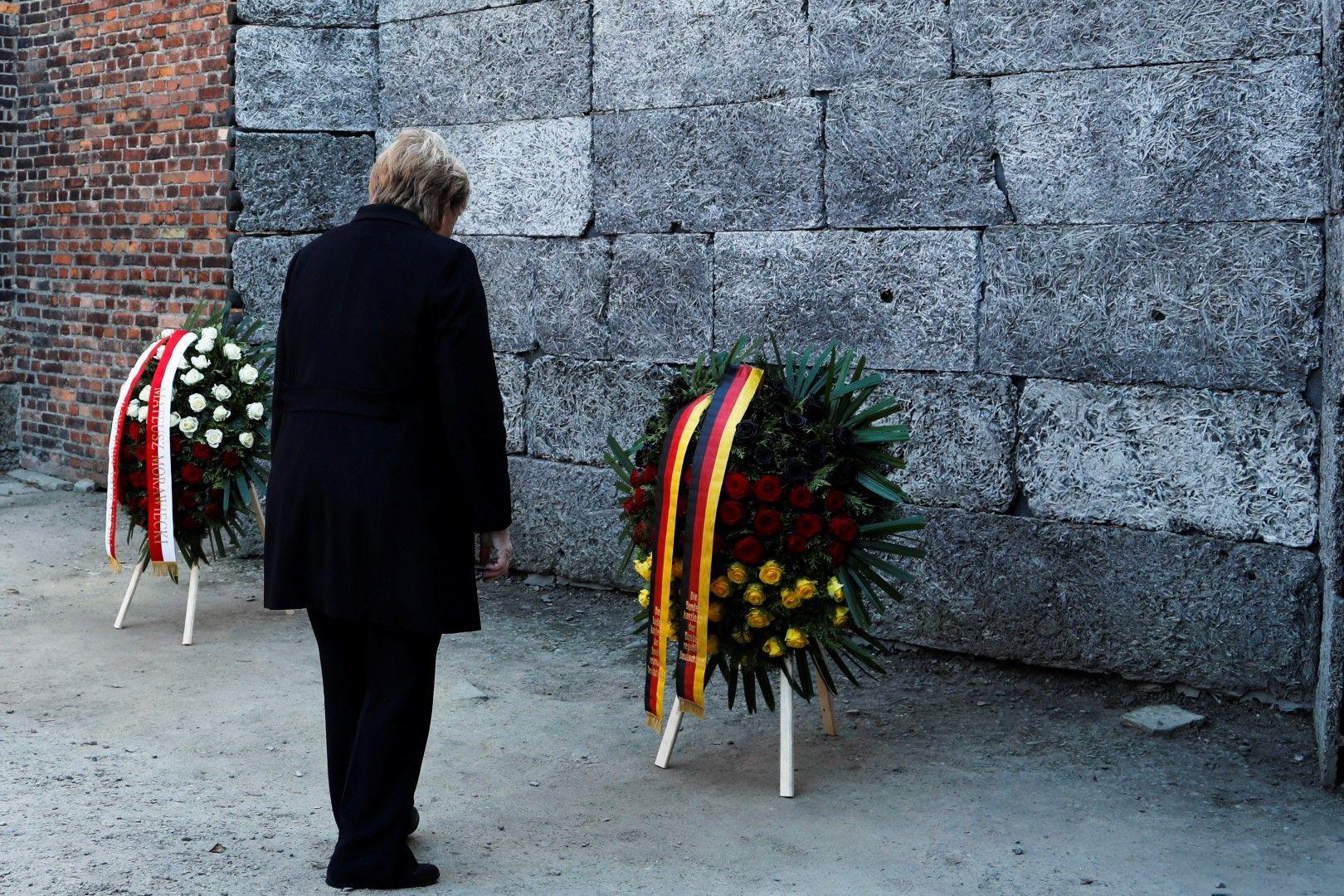 """Ангела Меркел отдава почит на жертвите в лагера на смъртта """"Аушвиц"""""""