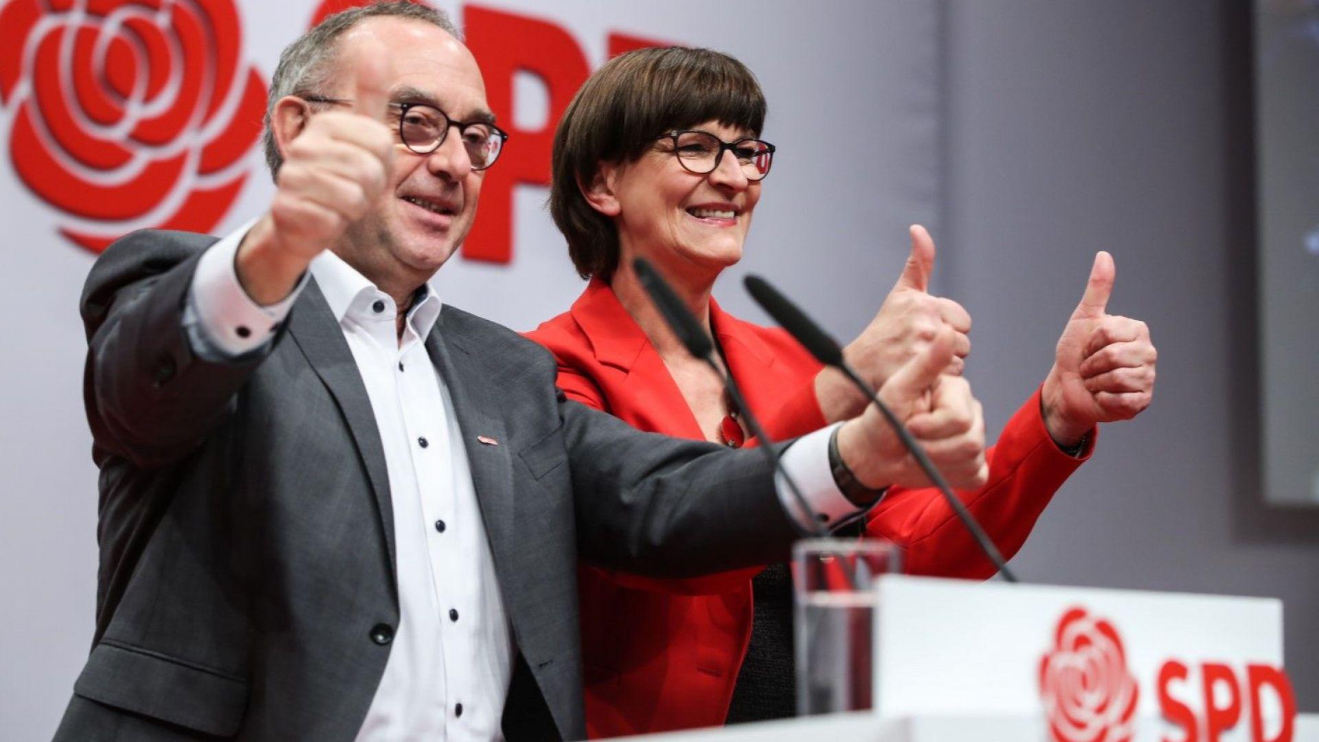 Германските социалдемократи решиха да не напускат управляващата коалиция