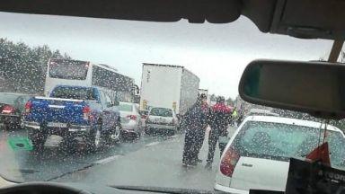 Поледици предизвикаха катастрофи и блокираха пътища в Югозападна България