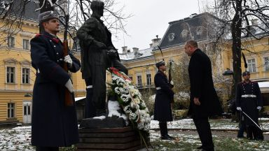 Президентът почете паметта на Никола Вапцаров (снимки)