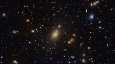 Астрономи откриха черна дупка с огромна маса в далечна галактика