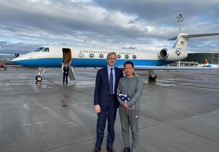 Американският представител в Иран Браян Хук посрещна в Цюрих Сиюе Ван