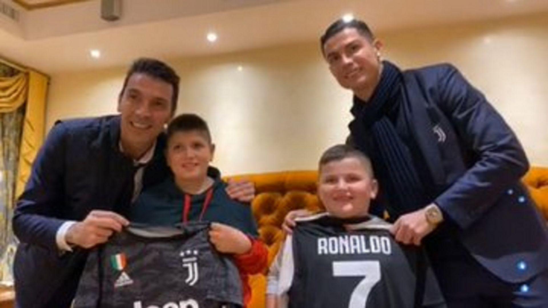 Роналдо и Буфон зарадваха оцелели след земетресенията албански деца