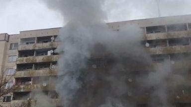 Пожар в общежитие в Студентски град, младежи в паника заради силния дим (видео)