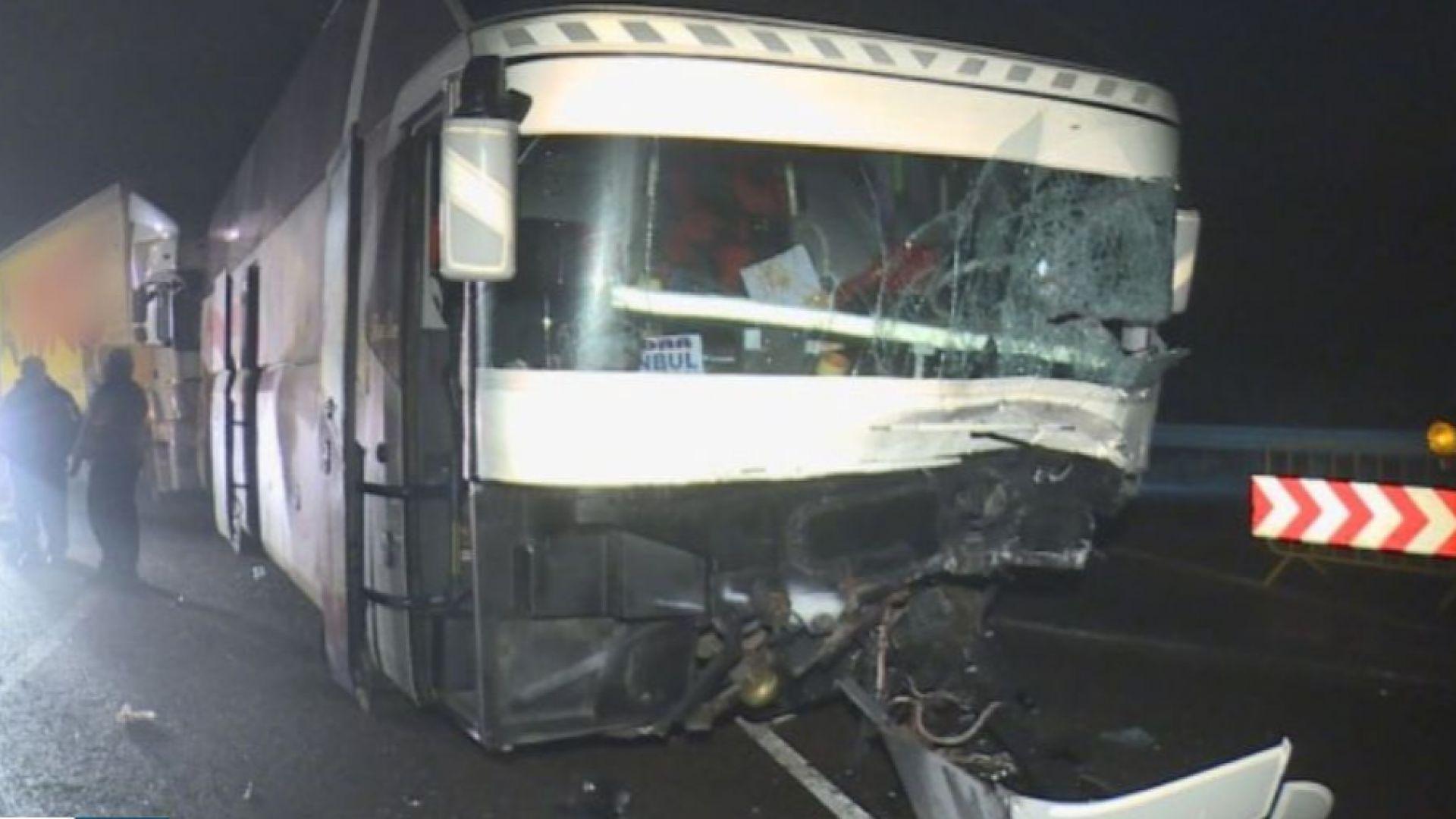 Автобус и кола се удариха край Сливница, сблъсъкът затрудни трафика (снимки)
