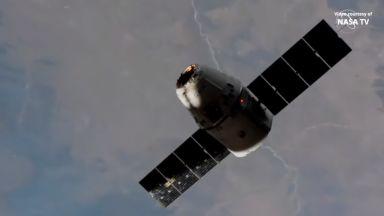 """Товарният кораб """"Дракон"""" доставя на МКС """"силни"""" мишки и общителен робот"""