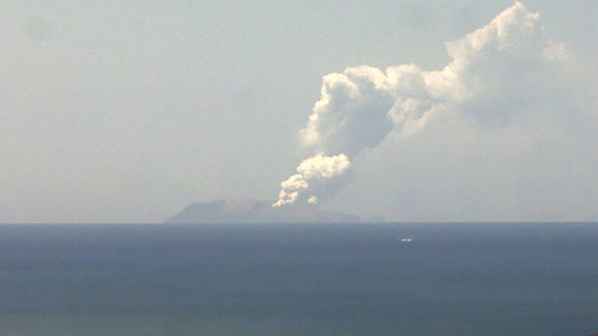 Един загинал и пострадали туристи при изригването на вулкан  на новозеландски остров