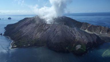 Вулканът в Нова Зеландия изригнал с туристи в кратера си, броят на жертвите расте (видео)