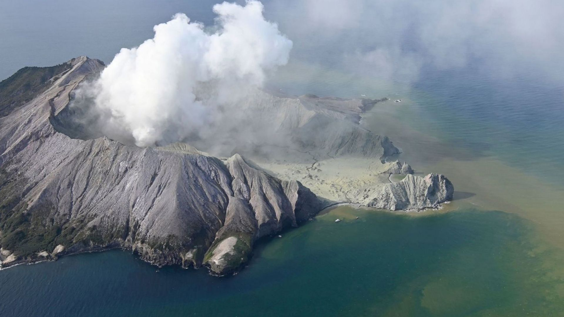 Осем души продължават да са безследно изчезнали ден след изригването