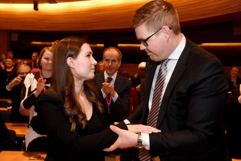 Анти Линтман поздравява Сана Марин, след като загуби избора в управляващата социалдемократическа партия
