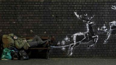 Банкси украси Бирмингам с коледни графити (видео)