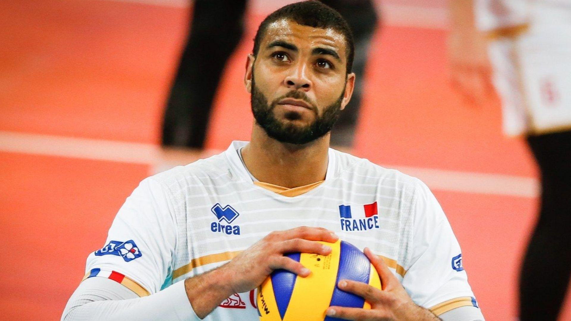 """Волейболна суперзвезда е обвинен в """"сексуален тормоз"""""""