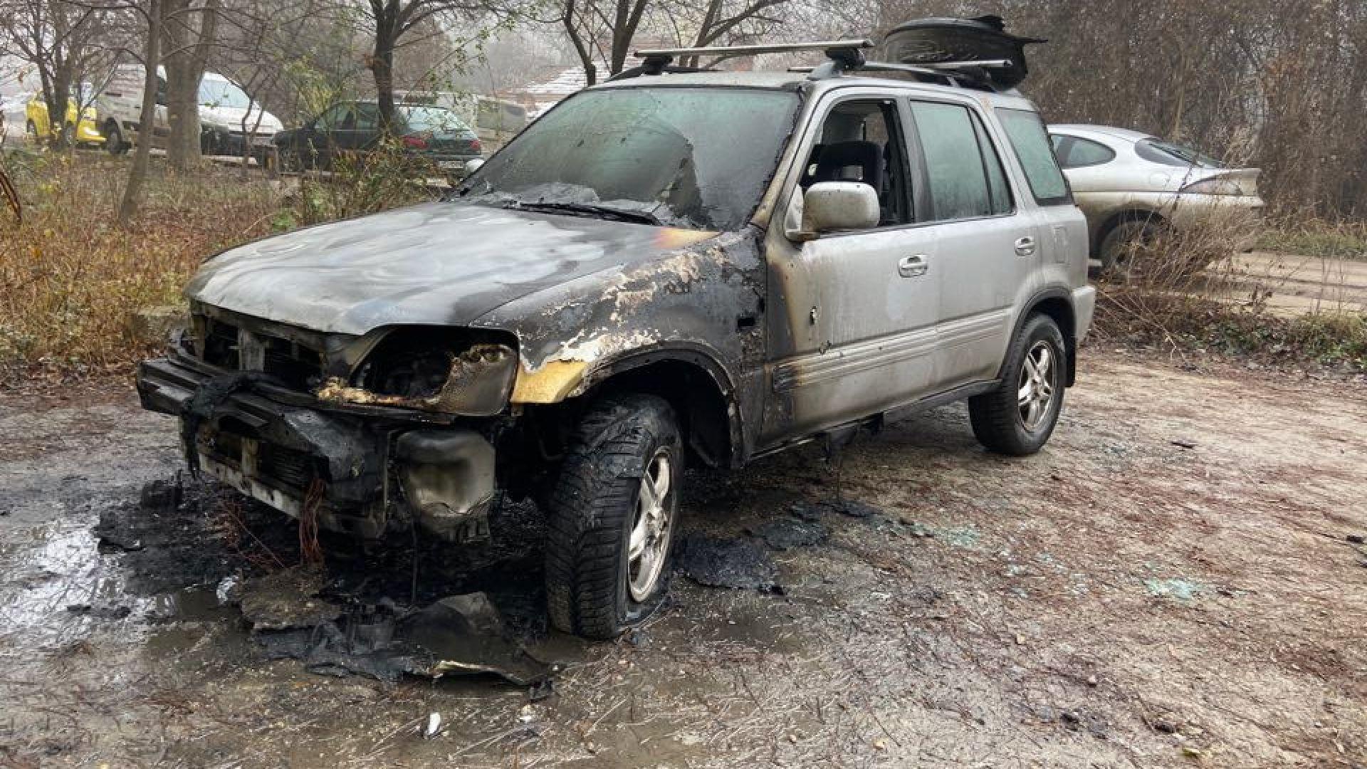 Снимка: Автомобил изгоря в столичния квартал Гоце Делчев