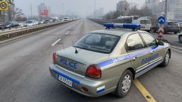"""Пуснаха движението по """"Цариградско шосе"""", след като кола удари системата за газ на бензиностанция (снимки)"""
