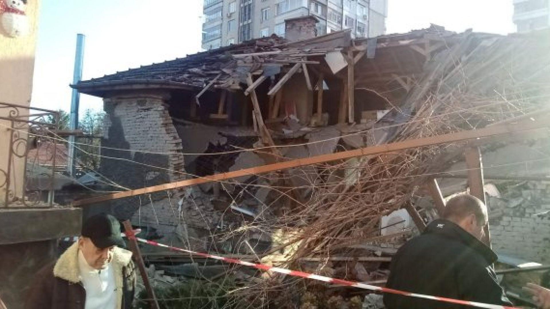 Взрив от електрически бойлер срути част от къща на ул.