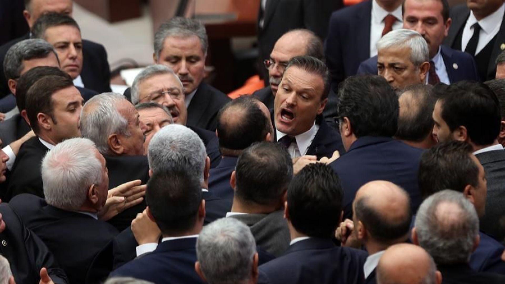 Депутати се сбиха в турския парламент