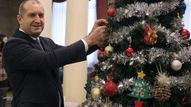 """Президентът, неговата съпруга и деца на """"Българската Коледа"""" украсиха елхата"""