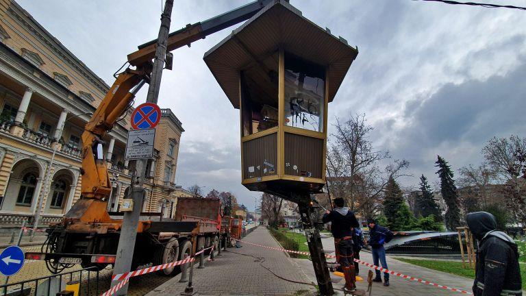 Демонтираха катаджийската будка пред Военния клуб в София (снимки)