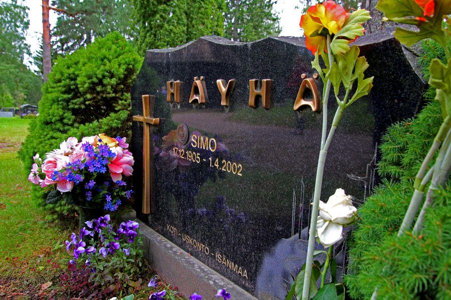 Паметната плоча на Симо Хаюха в гробището на църквата Карелия, във Финландия