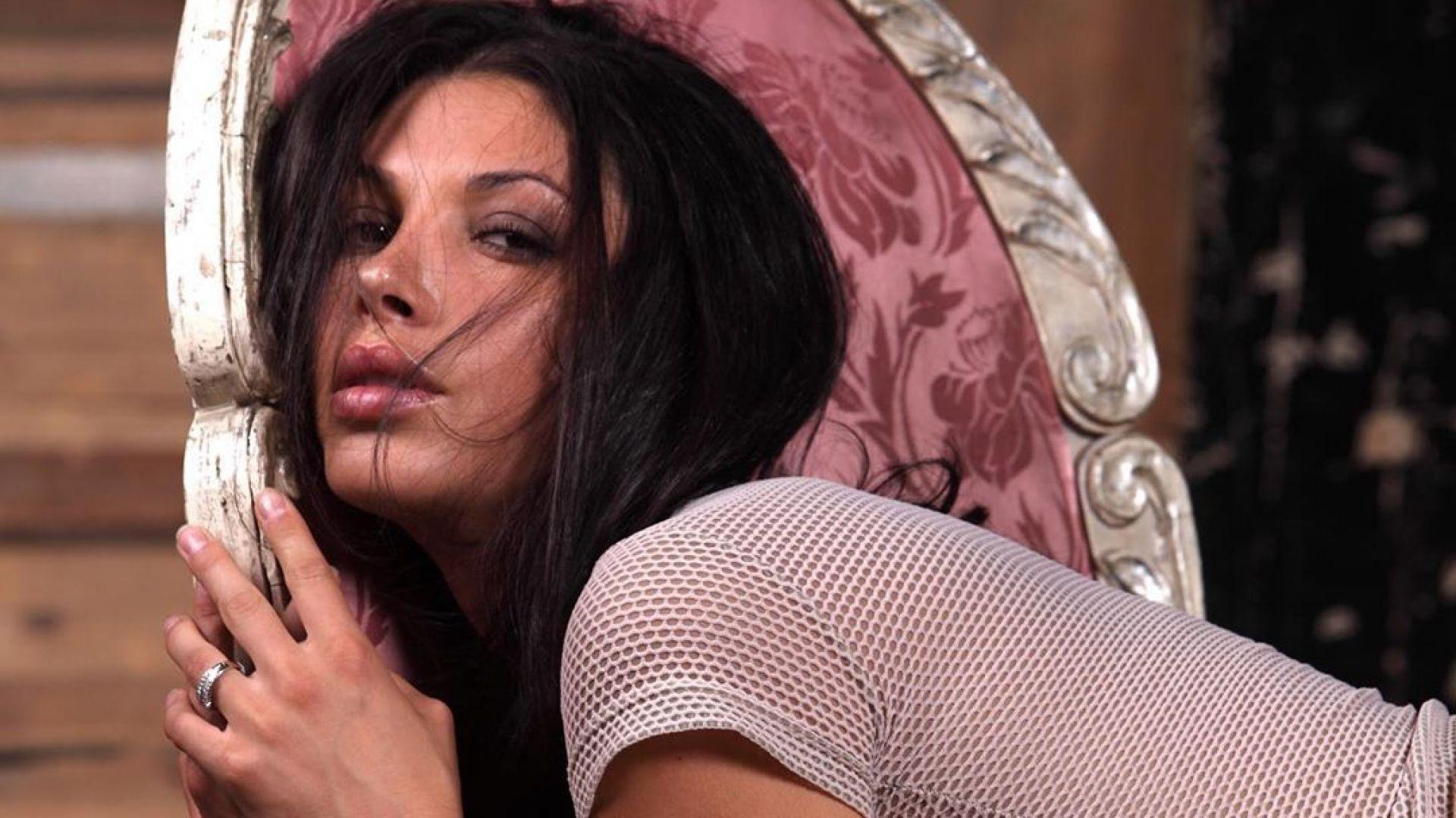 Биляна Йотовска изкушава в полупрозрачна блуза