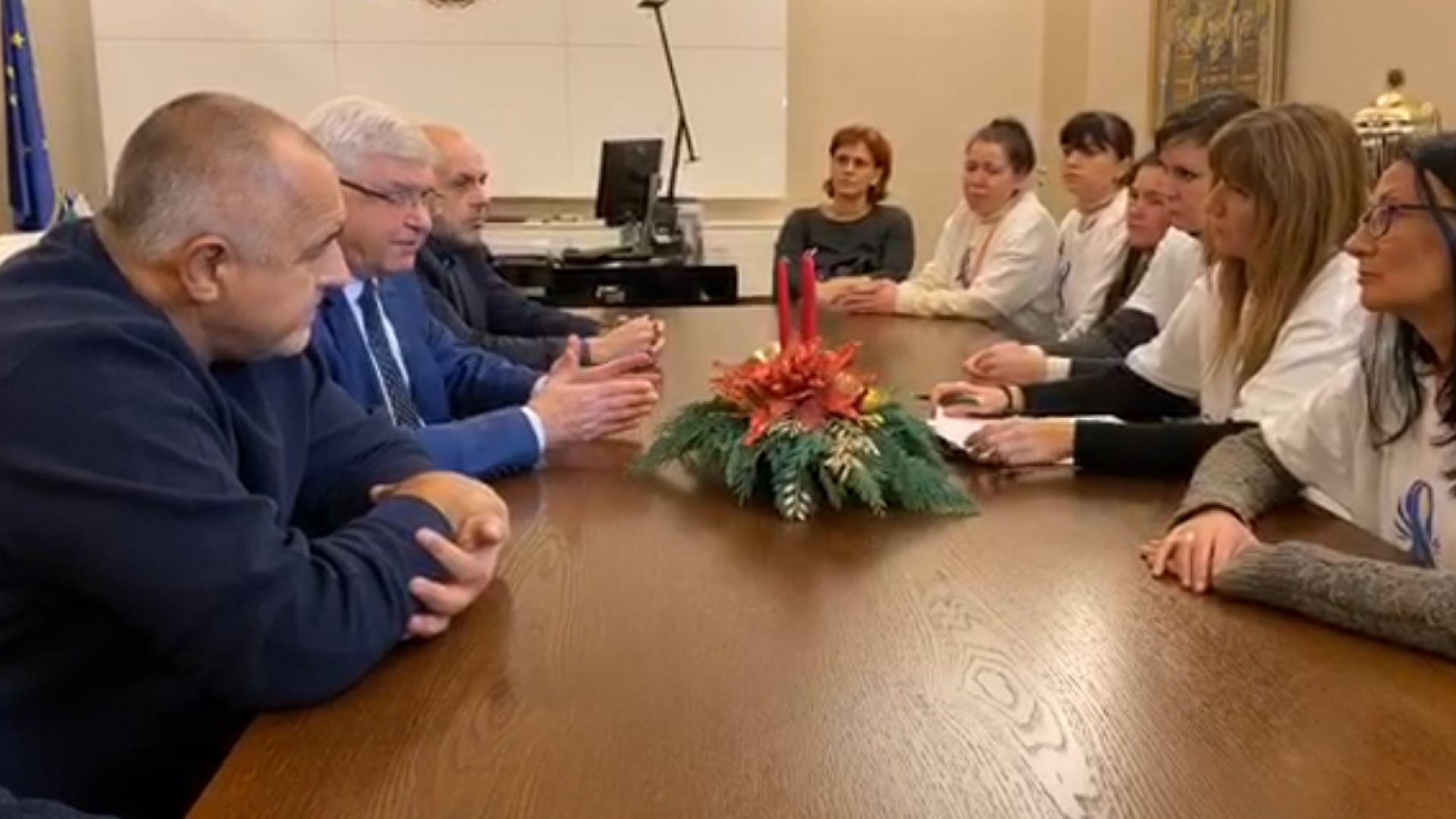 Премиерът Бойко Борисов чака 30 минути представителките на медицинските сестри
