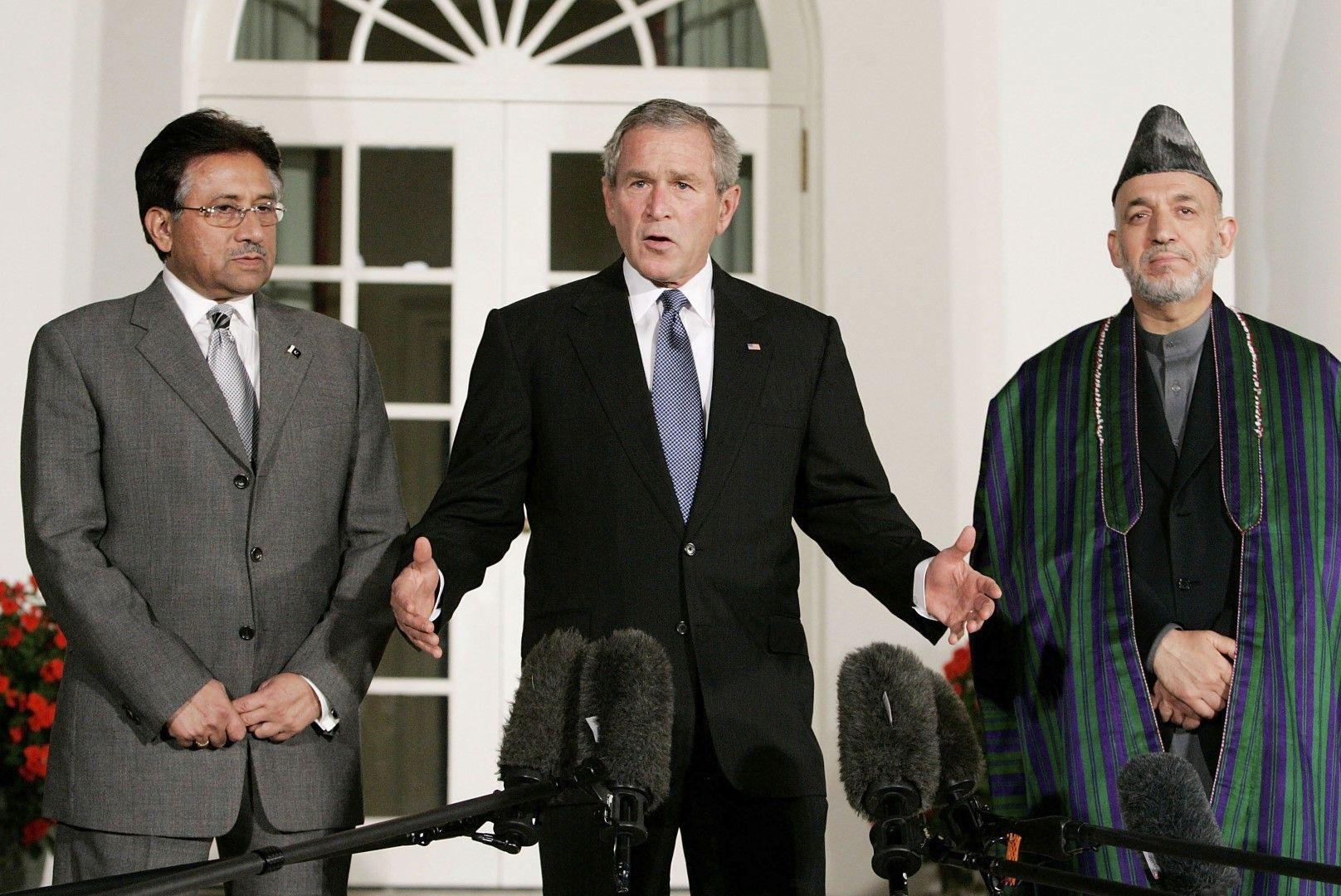 Американският президент Джордж Уокър Буш приема президентите на Пакистан и Афганистан - Первез Мушараф и Хамид Карзай, в Белия дом на 27 септември 2006 г.