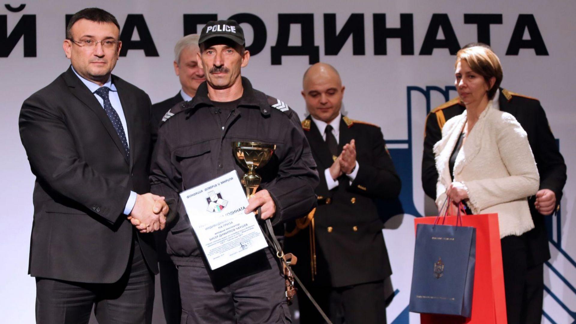 """Ловец на мигранти с куче стана """"Полицай на годината"""""""