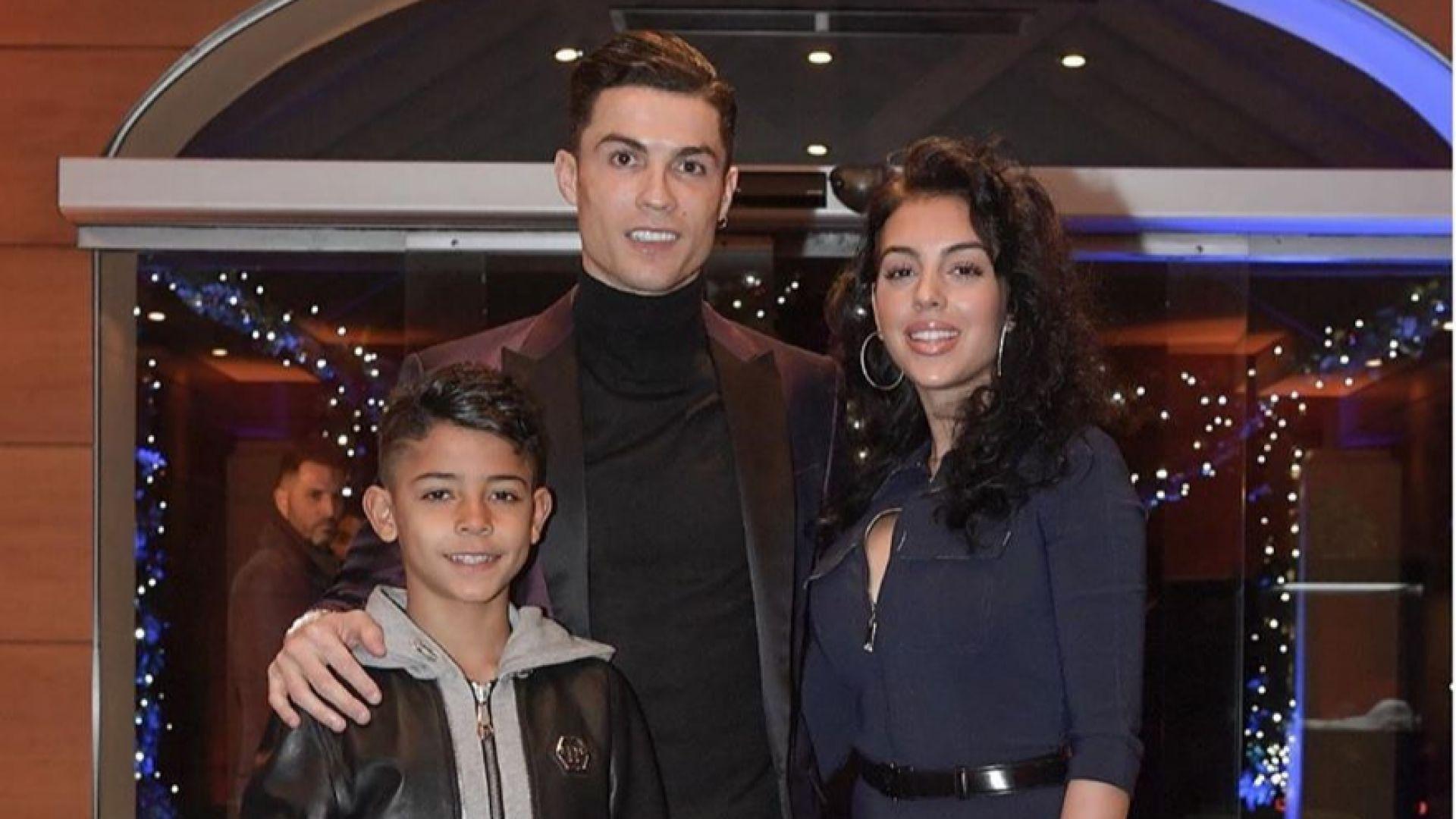 Кристиано Роналдо и Джорджина Родригес - щастливи и стилни на семейна вечеря