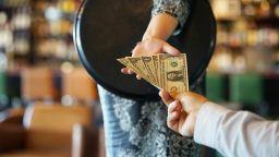 Клиентът-мечта: Американец остави $16 000 бакшиш при сметка $38
