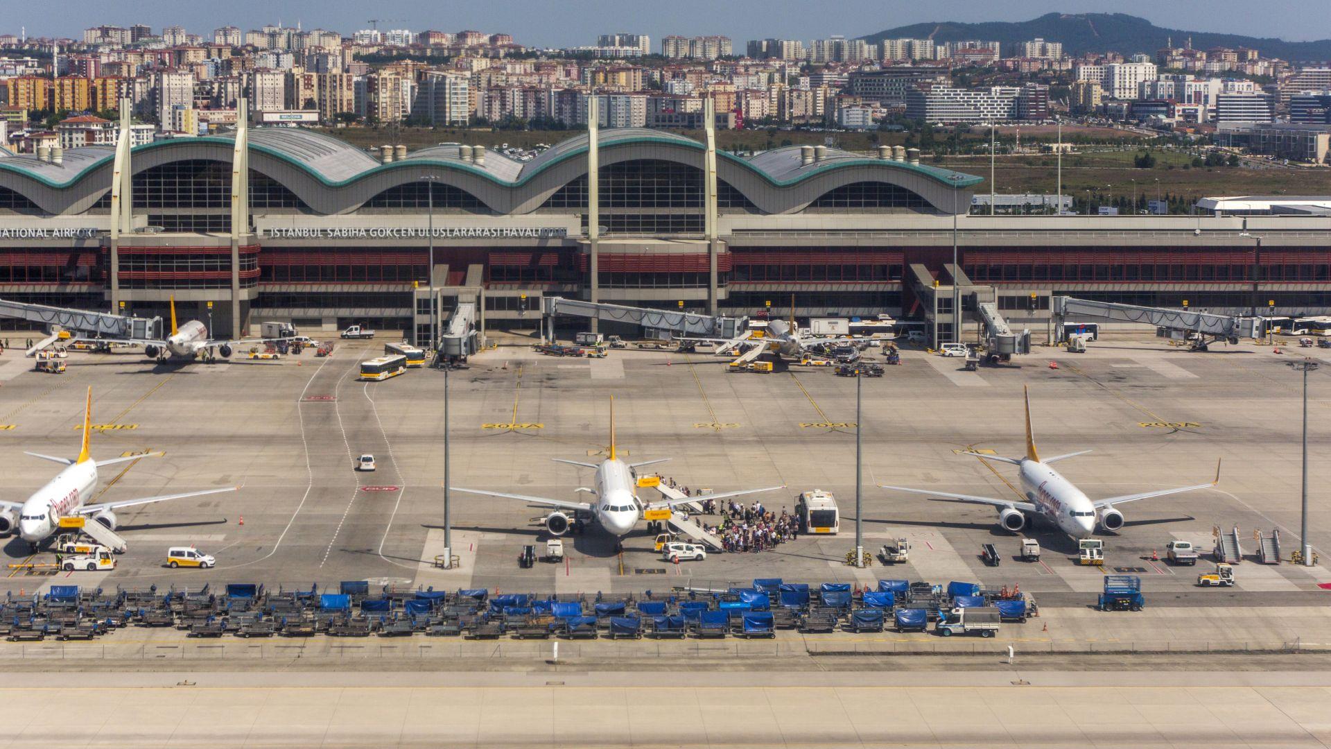 Паника в самолет - жена заплаши с бомби на борда и летището (видео)