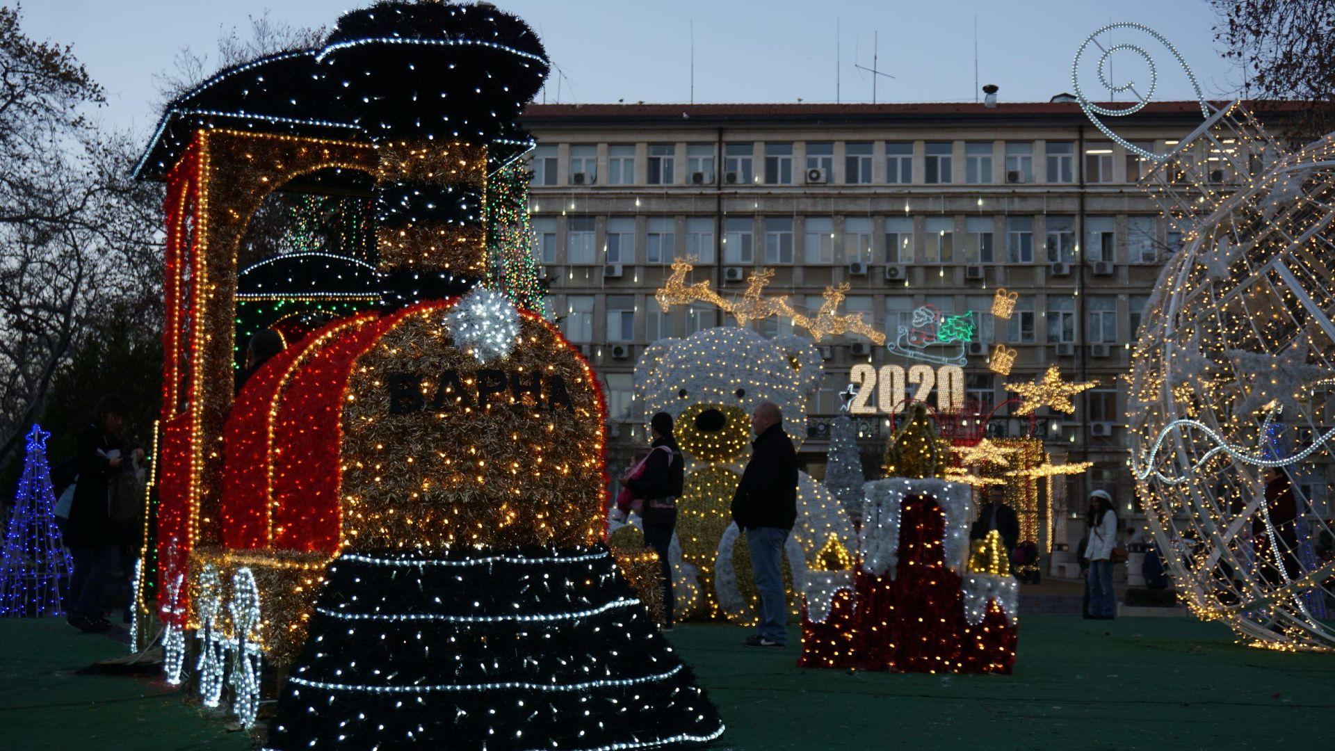 Нова празнична украса радва варненци в града (снимки)