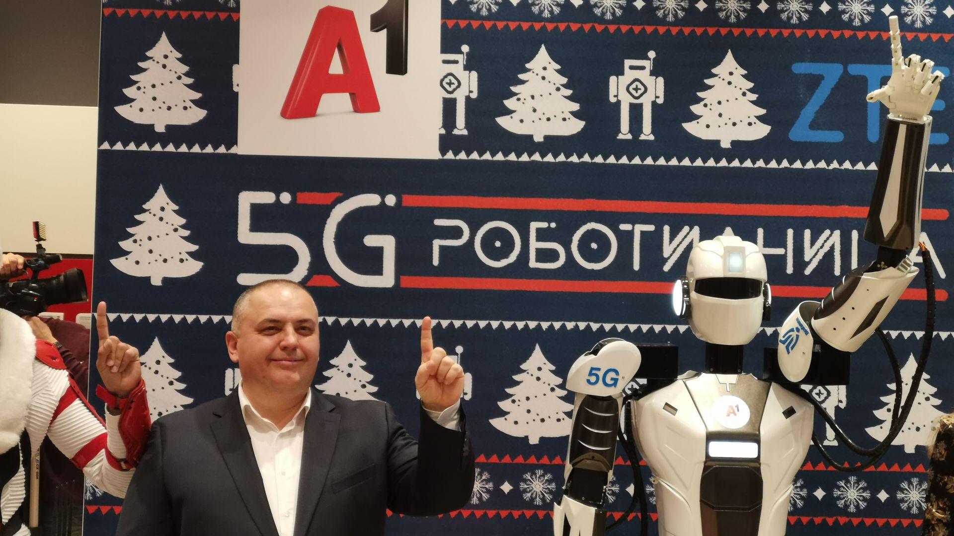 """Красимир Петров, директор """"Конвергентна мрежа и услуги"""" в А1 България и роботът използван при 5G демонстрацията"""