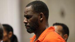 R Kelly се яви пред съд в Ню Йорк по обвинения в сексуално насилие