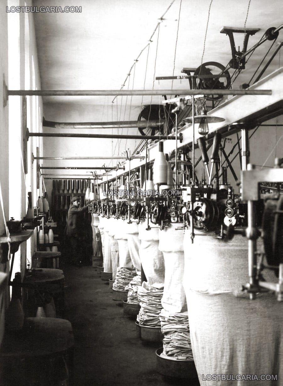 """Трикотажен отдел от фабриката за фланели, плетени долни гащи и пр. """"Селвелиев и Цончев"""", Габрово, 30-те години на ХХ век"""