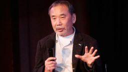 """""""Чуй песента на вятъра"""" и """"Пинбол"""" дават старт на бляскавата творческа кариера на Харуки Мураками (откъс)"""