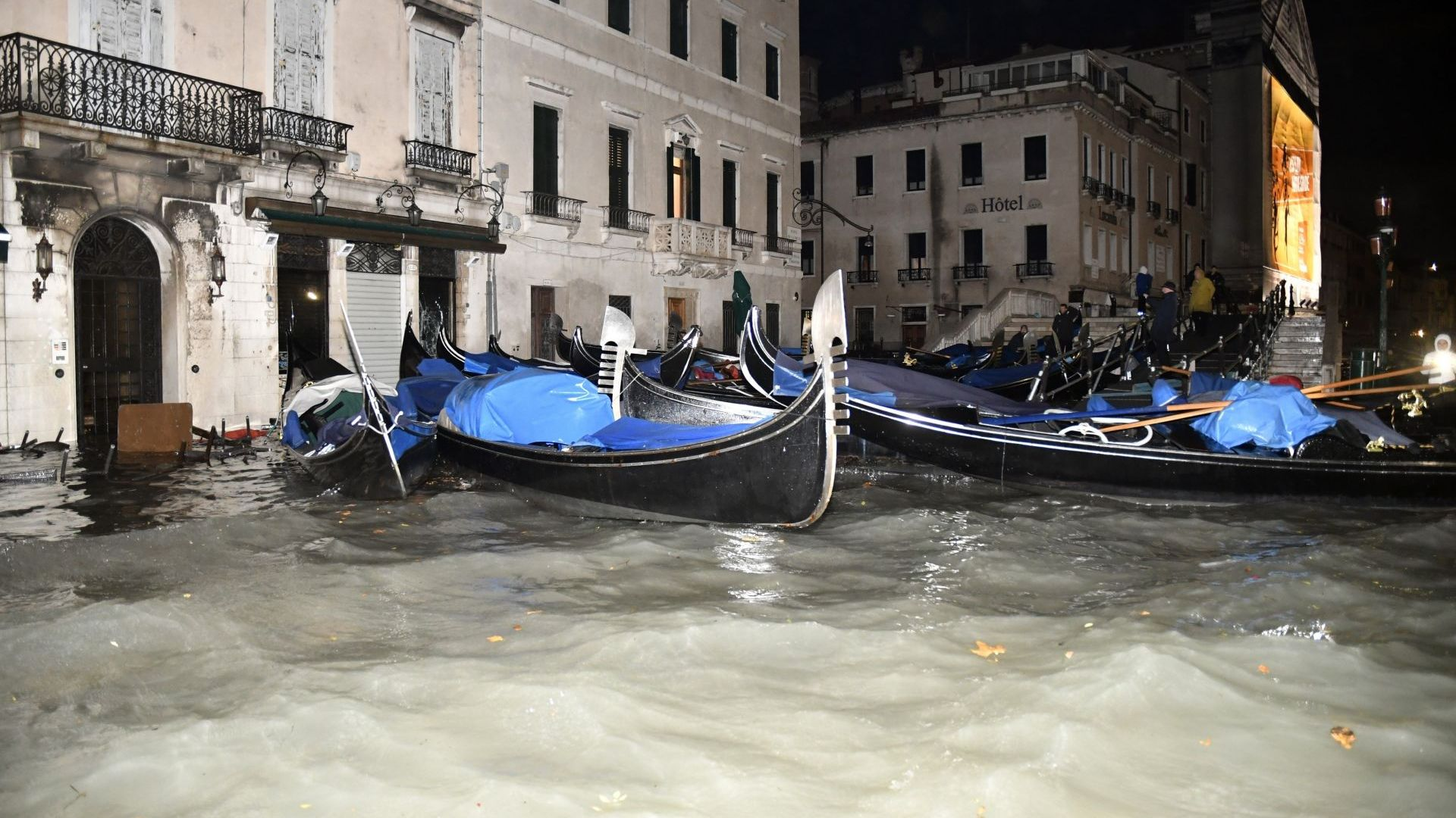 Приливна вълна уби шофьор в Италия на наводнен път