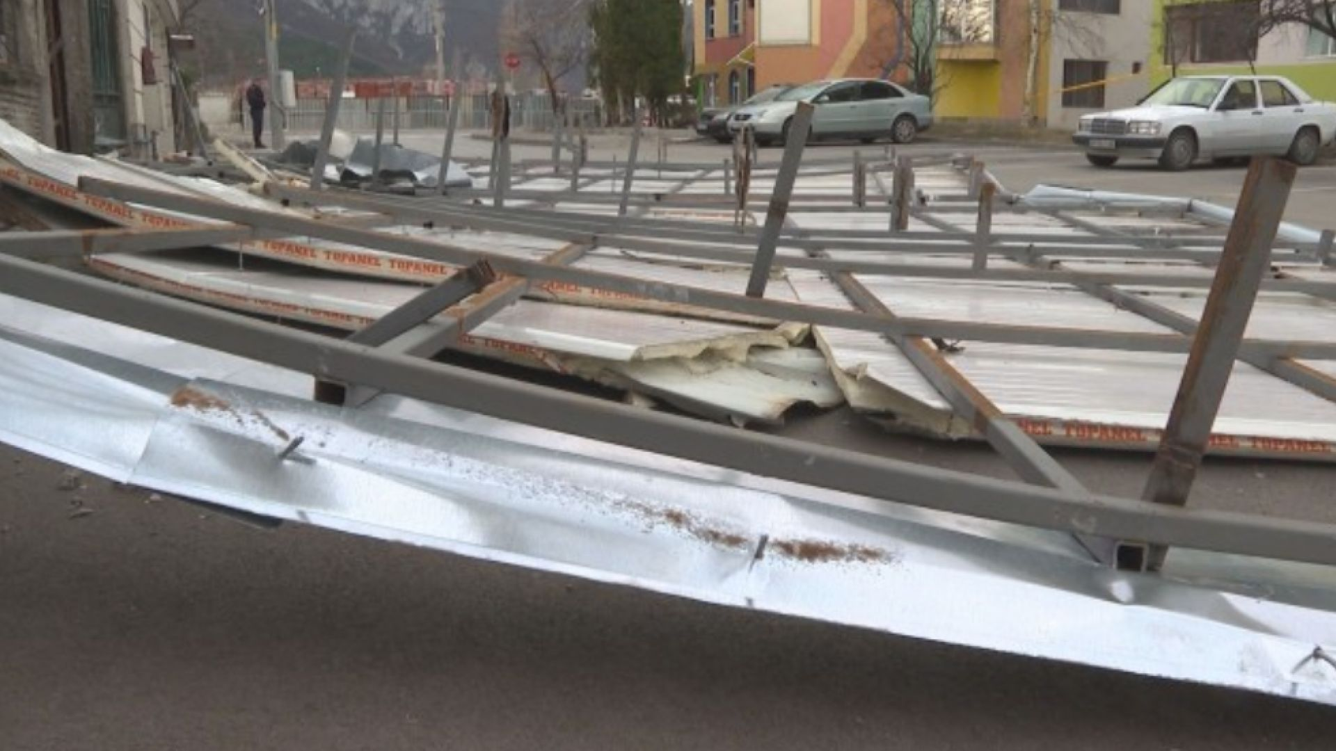 Ламаринена конструкция, отнесена от вятъра, едва не премаза жена във Враца (снимки)